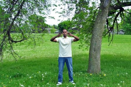 Yonas在公园炼法轮功第二套功法——法轮桩法。(Yonas 提供)