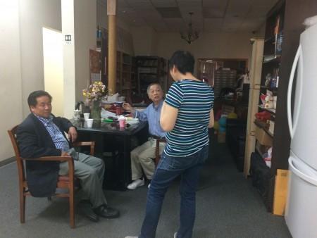 一名女士(右)日前到聯成公所求助,詢問共同出資購買房產的分割事宜。 (蔡溶/大紀元)