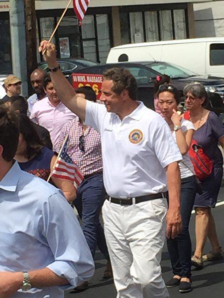 州长库默在游行队伍中。