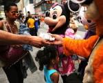 時代廣場各種要錢的伎倆讓遊客感到不安。 ( Spencer Platt/Getty Images)