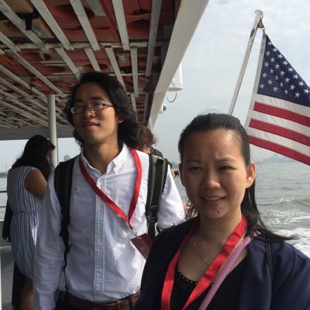 新美國公民趙勝和林泳絮坐船前往艾利斯島參加入籍儀式。 (施萍/大紀元)