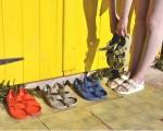 轻巧柔软的防水果冻凉鞋,晴天、雨天造型百搭,今年夏日必备单品。(F-Troupe)