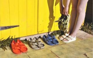 輕巧柔軟的防水果凍涼鞋,晴天、雨天造型百搭,今年夏日必備單品。(F-Troupe)