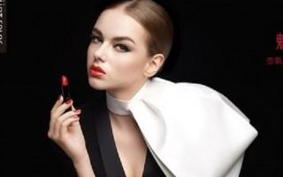 2016春夏,時裝週的T台上經典紅唇持續發燒,絲光色澤的高雅時尚與飽和豔麗亮彩搶眼。(UNT)