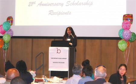 在马里兰州的博尼奖学金颁奖计划成立21周年之际,本周五(5月19日)在马州银泉市政厅举行了颁奖晚会。图为博尼奖学金获得者发表感言。(何伊/大纪元)