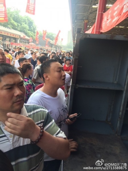 5月30日,北京市潘家園舊貨市場數千名攤主罷市,抗議市場方面讓其簽訂霸王條款。(網絡圖片)