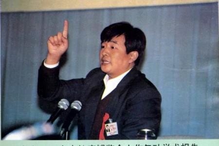 1993年,李洪志先生在北京93年東方健康博覽會作氣功學術報告。(明慧網)