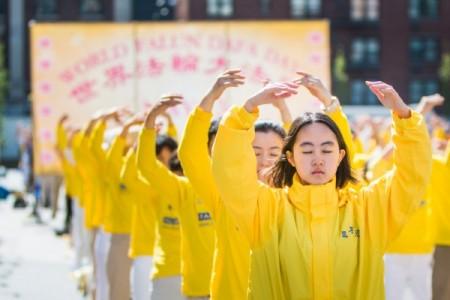 法轮大法在中国大陆和海外迅速洪传,缔造了数不胜数的人间奇迹:重获健康,心灵净化。图为2016年5月12日,上千法轮功学员纽约联合广场(Union Square)大炼功。(马有志/大纪元)