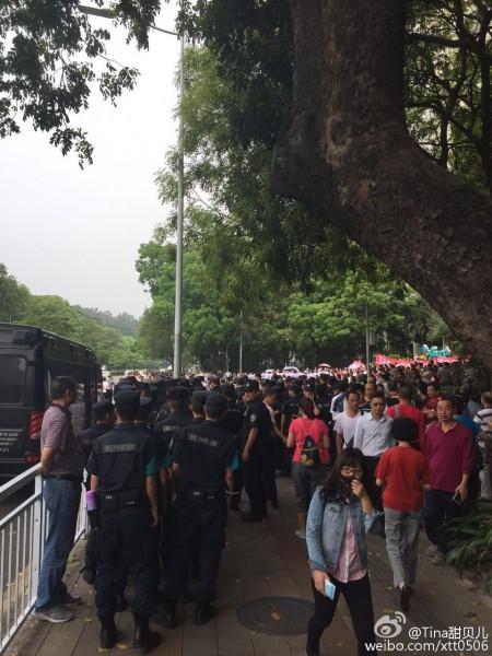 4月30日,广东深圳市福田区多个小区上千名业主集会,抗议政府在彩田公园建变电所,数百警到场镇压。(网络图片)