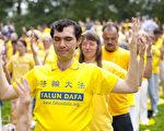 上千名来自纽约、台湾和欧洲的法轮功学员在纽约曼哈顿中央公园集体炼功。(摄影﹕戴兵/大纪元)