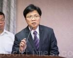 内政部长叶俊荣(前)30日表示,冲之鸟就是礁,不会有200海里的专属经济海域。(陈柏州/大纪元)
