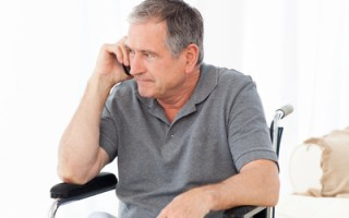腰背痠痛往往被當作是腰肌勞損治療而延遲治療。(Fotolia)