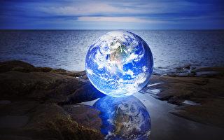 在一個水坑海上發紅的地球的概念圖像。由美國航天局提供的地球圖像。