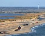 5月29日下午发生一名妇女在科罗纳岱玛国家海滩(Corona del Mar State Beach)疑似被鲨鱼咬伤事件。图为北卡州哈特拉斯角国家海岸(Cape Hatteras National Seashore)沙滩在两天内发生两起鲨鱼咬人事件。(Outer Banks岛网站)
