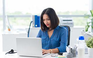 上班族每天盯着电脑工作,脸部肌肉紧绷僵硬。(fotolia)