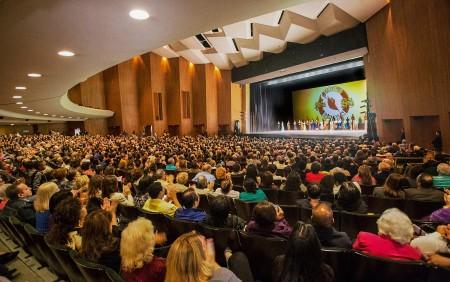 神韵纽约艺术团2016年3月20日晚在加州长滩市(Long Beach)的第四场演出在观众热烈的掌声欢呼声中落下帷幕。(季媛/大纪元)