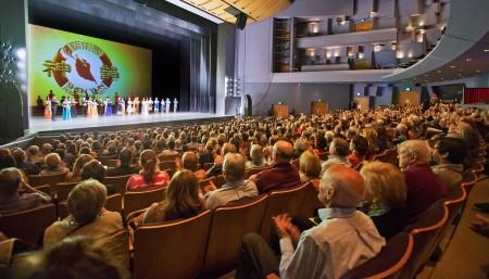 神韵纽约艺术团2016年3月23日晚在洛杉矶千橡市的演出盛况。(季媛/大纪元)