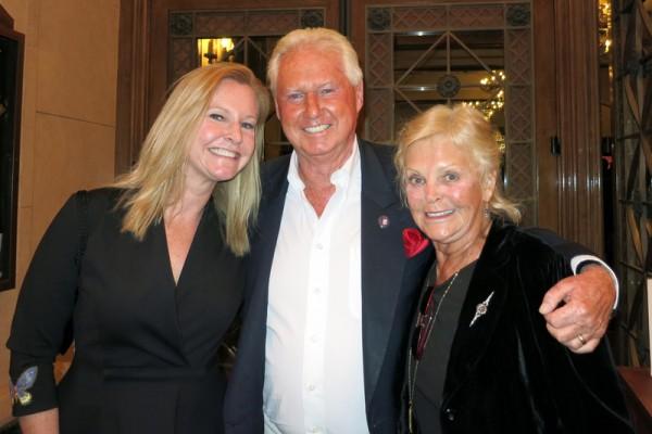 2016年4月29日下午,国际公认的环保专家、加拿大湖首(Lakehead)大学前校长Lorne Everett(中)带着太太Jennifer(右)和女儿Lauren(左)一起观赏了神韵纽约艺术团在加州圣巴巴拉格兰纳达剧院(Granada Theater)的演出。(任一鸣/大纪元)