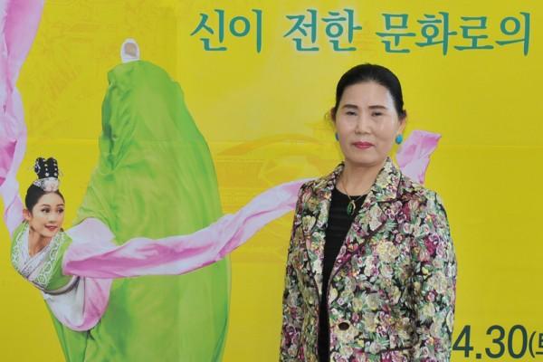2016年4月30日下午,韩国传统舞蹈家全英淑观赏神韵世界艺术团在韩国全州的演出。(郑仁权/大纪元)。