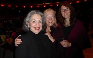 美国CBS电视台业务分析师Suzann Gaito女士(右)与朋友Lounan Marinaccio(左)和Ann Welch,2016年4月30日在纽瓦克新泽西表演艺术中心观看神韵演出。(良克霖/大纪元)