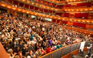 2016年4月30日,神韻巡迴藝術團在美國新州第一大城市紐瓦克舉辦了今年在當地的第二場演出,新澤西表演藝術中心再次爆滿。(戴兵/大紀元)