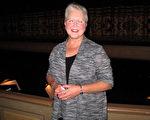4月30日下午,退休电脑编程员Janice Platt第二次观赏神韵,她感觉一切都是全新的体验。(刘菲/大纪元)