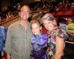 服务于电视台的混音师Gregory Hartstein(左)和太太、瑜伽教练Karen和女儿Sydney一起观看了2016年4月30日晚神韵纽约艺术团今年在圣巴巴拉的格兰纳达剧院(Granada Theatre)的最后一场演出。(李旭生/大纪元)