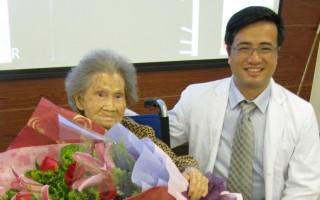 107歲的人瑞黃阿嬤(左)因不慎跌倒,導致左側髖部 骨折,由家屬緊急送醫後,醫院立即啟動高齡高風險病 患手術評估機制(85歲以上),阿嬤經微創手術及骨鬆 治療、復健後,順利出院。 (台中醫院提供/中央社)