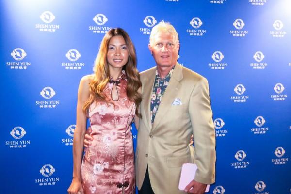 一家全球大公司的资深副总裁David Cook和模特太太Leilani Cook4月30日晚一起观看了神韵纽约艺术团在圣巴巴拉的演出。(任一鸣/大纪元