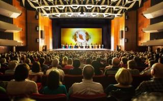 2016年4月30日,美国神韵国际艺术团在蒙特利尔艺术中心威尔弗莱德-彼莱提尔大剧场进行今年在当地的首场演出,无比美妙的演出,触动观众的心灵深处,使观众激动感恩。(艾文/大纪元)