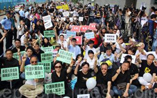 約400人出席由8個新聞界協會和工會舉辦的「夠薑集會」,要求《明報》撤回解僱姜國元的決定,及撤換總編輯鍾天祥。(蔡雯文/大紀元)