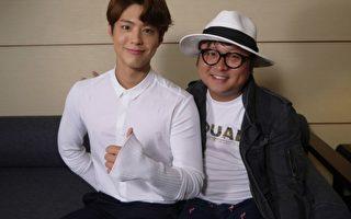 韩星朴宝剑日前访台接受节目《完全娱乐》专访,图为他与节目主持人纳豆合影。(三立提供)