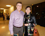 工程师Rick Kitek和华裔太太Joanne一起观看2016年5月3日威奇托的神韵演出。(陈香君/大纪元)