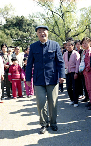 在长春第七期班上,脑血栓患者、退休高级工程师李凤鸣扔掉了拐杖。(明慧网)