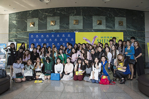 韩艺术学院教授带70名舞蹈系学生 观摩神韵