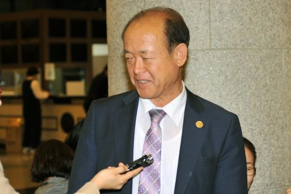 企业社长金英泽在接受采访。(郑仁权/大纪元)