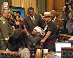 5月3日,部分非裔绝食抗议者与支持者打乱了旧金山市议会正常进行,他们一度冲入市议员区域,情势紧张。(周凤临/大纪元)