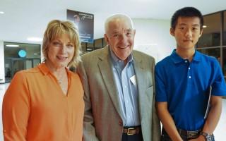慈善機構執行主任Tona Turner和父親及在她家寄宿的中國留學生5月4日一起觀看了神韻紐約藝術團在美國堪薩斯威奇托市的演出。(溫文清/大紀元)