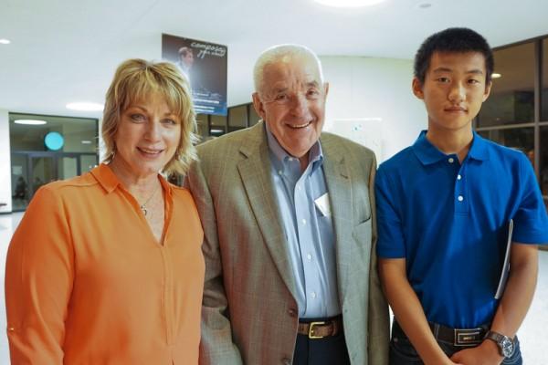 慈善机构执行主任Tona Turner和父亲及在她家寄宿的中国留学生5月4日一起观看了神韵纽约艺术团在美国堪萨斯威奇托市的演出。(温文清/大纪元)
