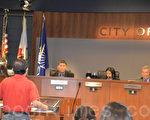 市民在5月3日市议会上要求重新考虑CCSGI选票标题。(梁博/大纪元)