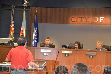 市民在5月3日市議會上要求重新考慮CCSGI選票標題。(梁博/大紀元)