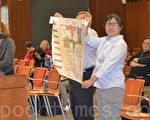 市民在5月3日市议会上展示2015版库市区块图。(梁博/大纪元)