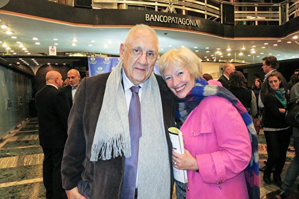 5月5日晚,经济学家Eduardo Corado先生和太太Estela Maria Boido在阿根廷首都布宜诺斯艾利斯的Opera剧院一起观看了神韵演出。(林南/大纪元)