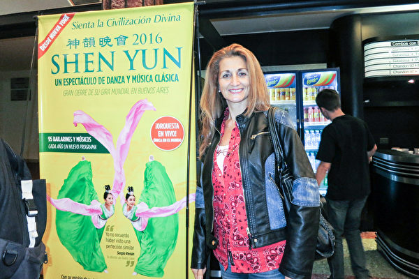 阿根廷布宜诺斯艾利斯电台Radio Mitre的节目主持人Suzana女士观看了神韵演出。(林南/大纪元)