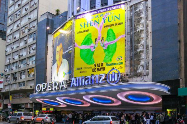 2016年5月5日晚,美国神韵巡回艺术团在阿根廷首都布宜诺斯艾利斯的Opera剧院上演了今年在当地的首场演出。(林南/大纪元)