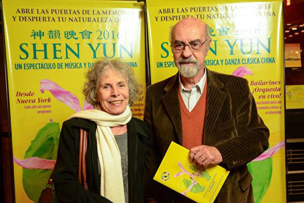 油画家Beatriz Juarez跟家人于2016年5月6日一起观赏了美国神韵巡回艺术团今年在阿根廷首都布宜诺斯艾利斯Opera剧院的第二场演出。(林南/大纪元)