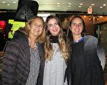 音樂理療師Inés Lanús(中)與母親Ines Ordoñes(左)和姐姐Solange Lanús(右)一行三人觀看了美國神韻巡迴藝術團今年在阿根廷首都布宜諾斯艾利斯 Opera劇院(Teatro Opera Allianz)的第二場演出。(林南/大紀元)