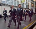 职场着装的重要要原则是:如果你从事的比较老派的行当,仍然需要着装正式。就其它行业而言,穿漂亮的西服套装上班肯定没错,只是可能会显得稍微有点隆重罢了。(Jeff J Mitchell/Getty Images)