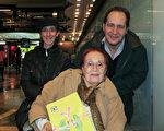 心理学家Pablo Pomerantz带着母亲和另一位家人于2016年5月7日下午观看了神韵巡回艺术团今年在阿根廷首都布宜诺斯艾利斯Opera剧院的演出。(林南/大纪元)