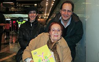 心理學家Pablo Pomerantz帶著母親和另一位家人於2016年5月7日下午觀看了神韻巡迴藝術團今年在阿根廷首都布宜諾斯艾利斯Opera劇院的演出。(林南/大紀元)